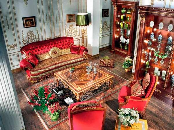 Красный диван в классическом стиле