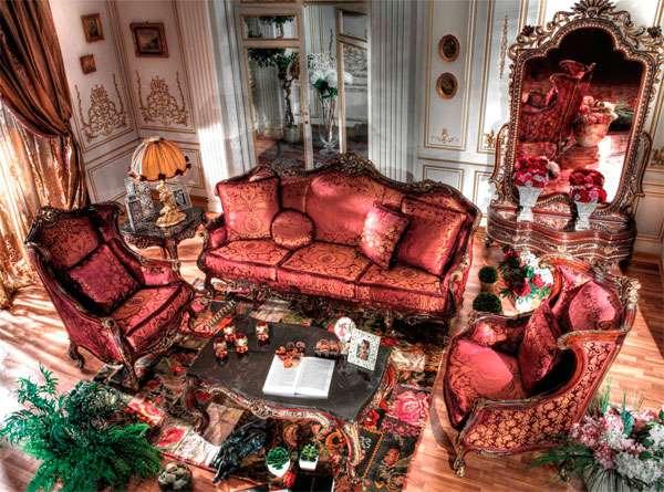Итальянский диван красного цвета в классическом стиле