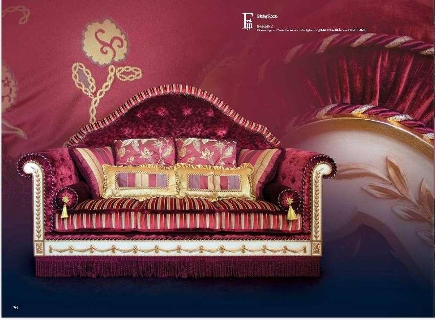 Дорогой красный диван в красном цвете в стиле барокко Фиджи. Италия.