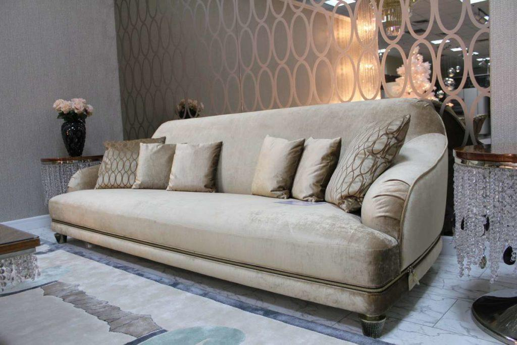 Большой дорогой диван с креслами из велюра