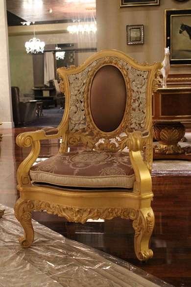 Золотое кресло с подлокотниками Канова.