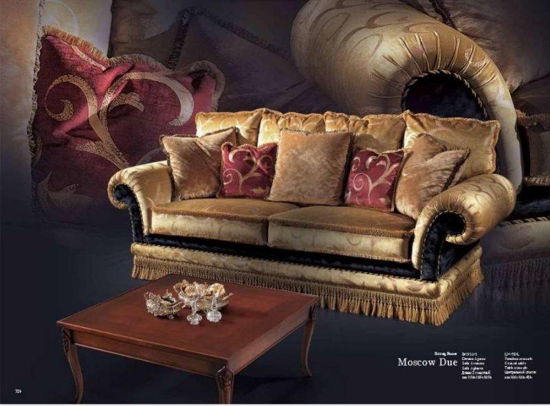 Дорогой большой мягкий диван Москов в золотой обивке.