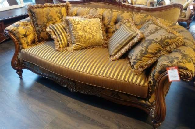 коричневый классический диван в интерьере