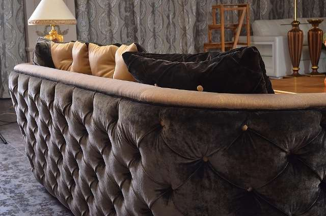 Отделка каретная стяжка на диване Мартин
