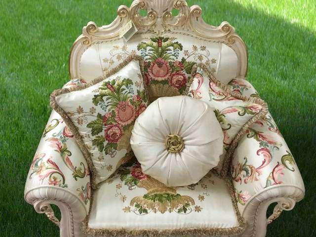 Белое классической кресло Опера в стиле барокко.