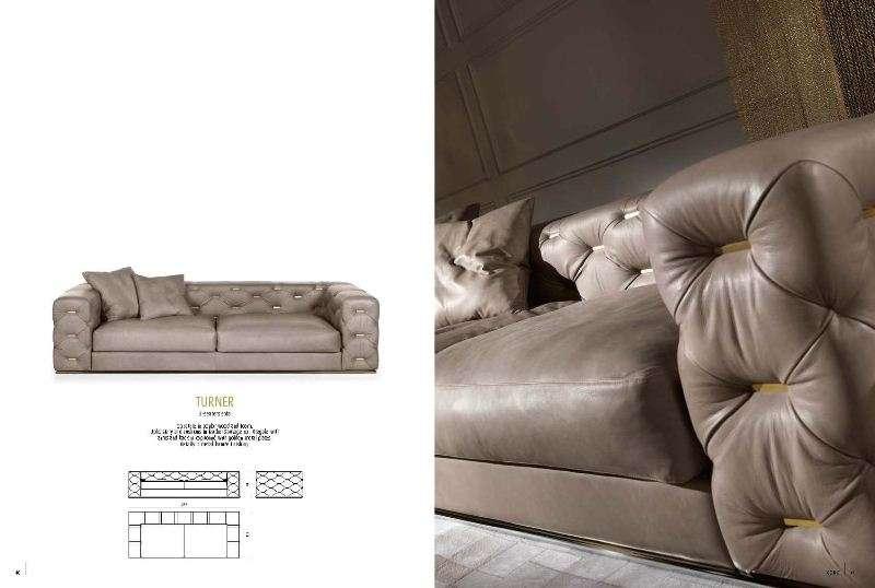 Прямой кожаный диван.