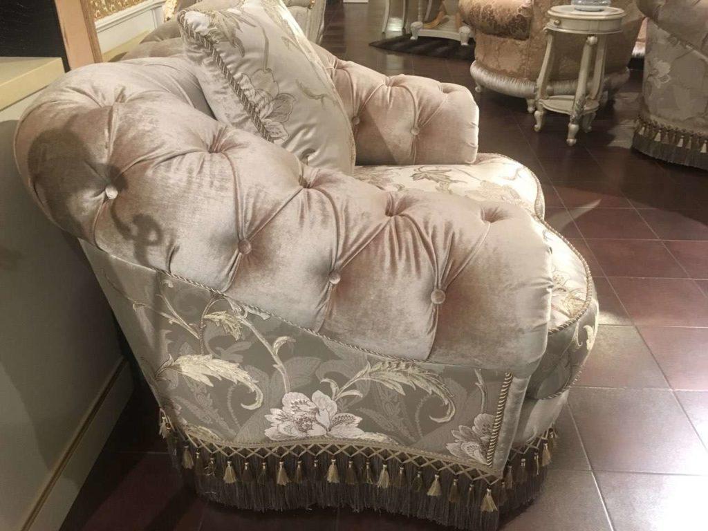 Мягкое кресло с обделкой в стиле капитоне.