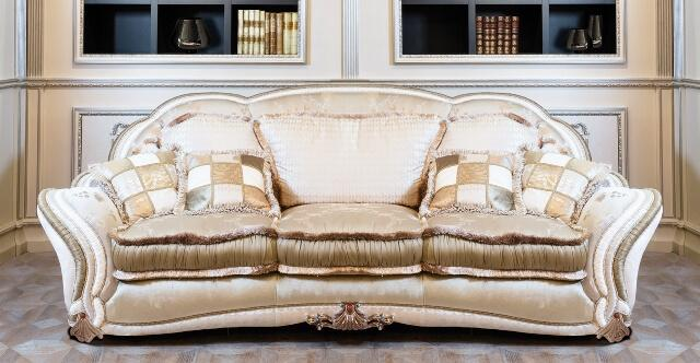 Фото белого итальянского дивана с бахромой
